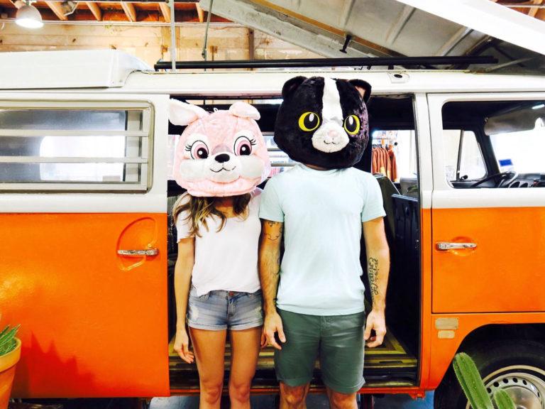 Mann und Frau vor Bus
