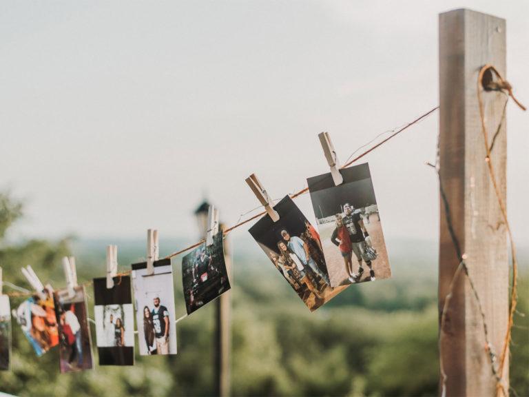 Beziehungspostkarten auf Leine